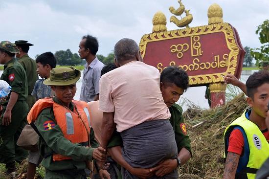 قوات الامن تخرج السكان العالقين فى مياه الفيضان