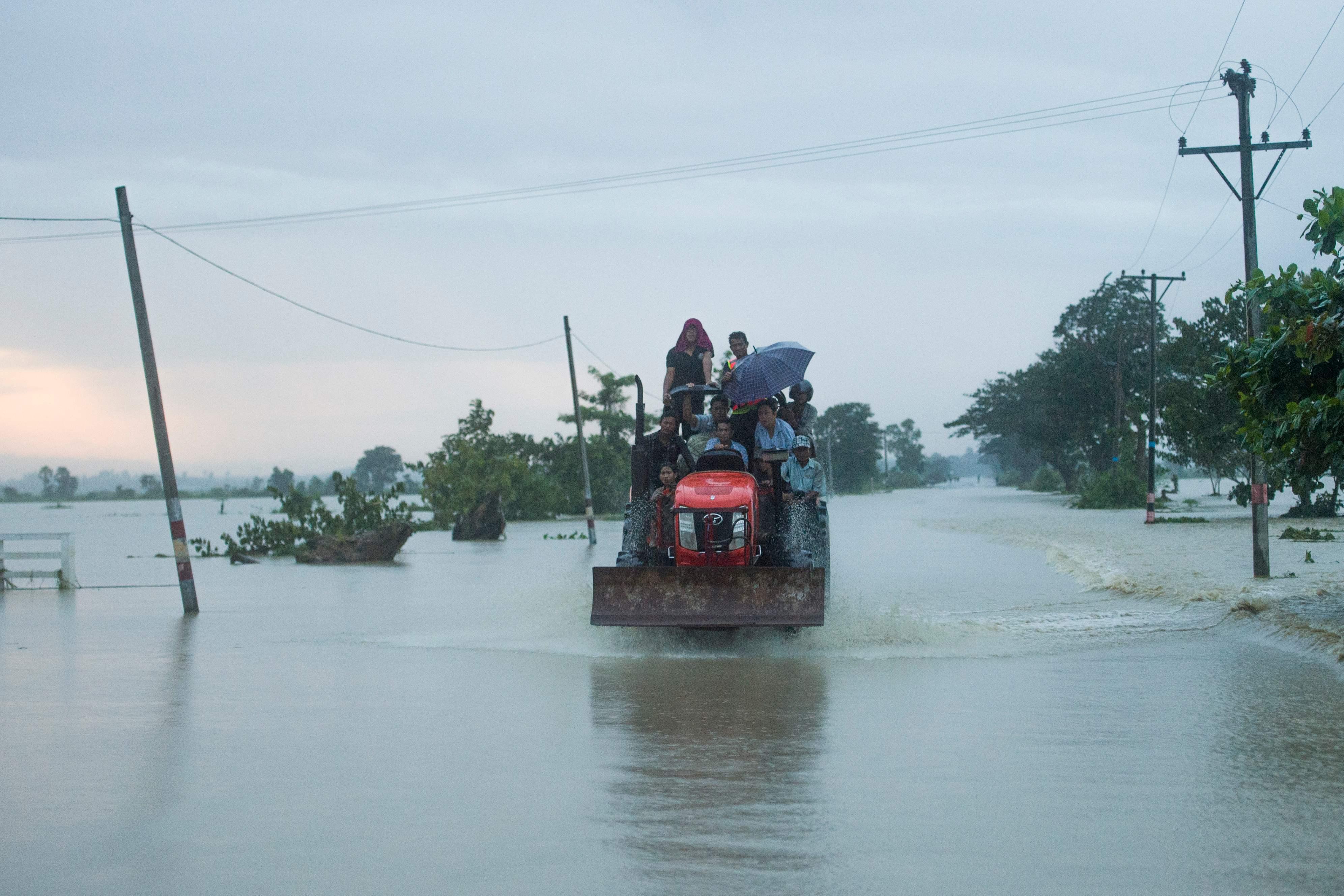 صعوبة سير المركبات بسبب غرق الشوارع