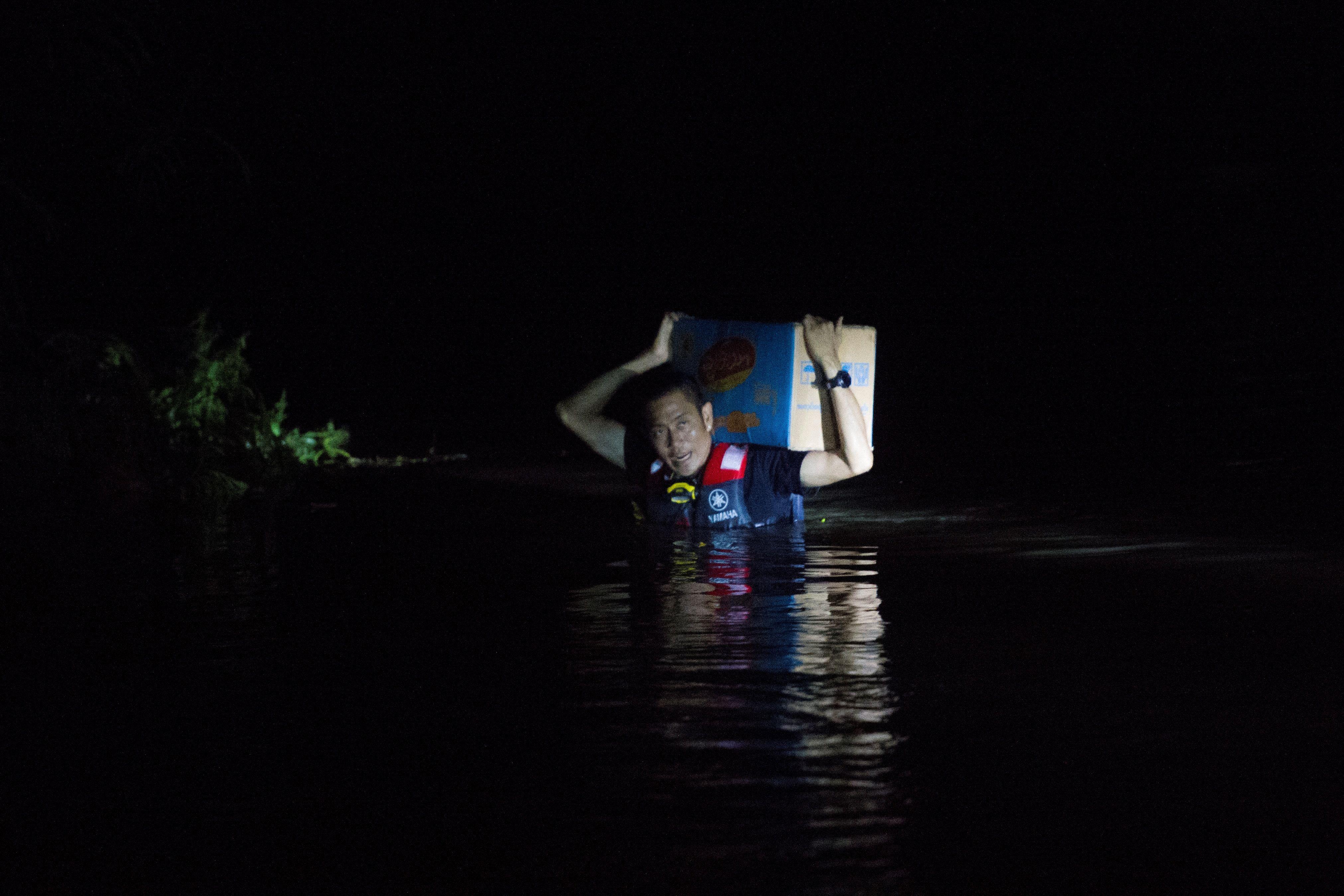 أحد رجال الانقاذ فى ميانمار
