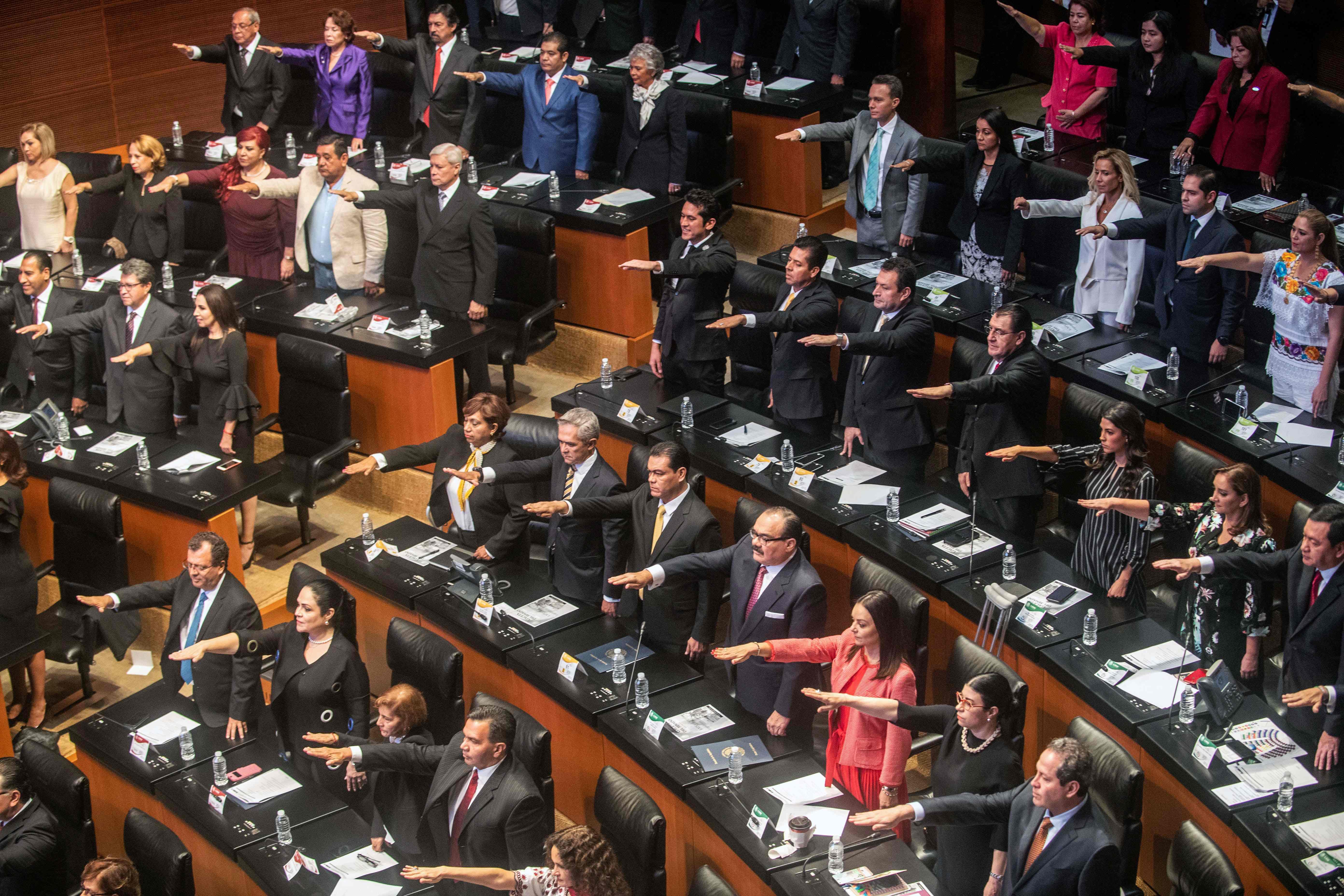 أعضاء البرلمان المكسيكى يحلفون اليمين الدستورية