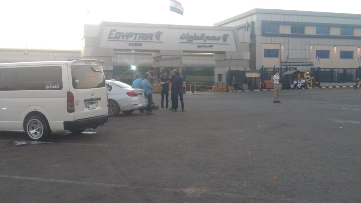 أسرة الشاب المصرى المتبرع بأعضائه تتسلم جثمانه بمطار القاهرة (8)