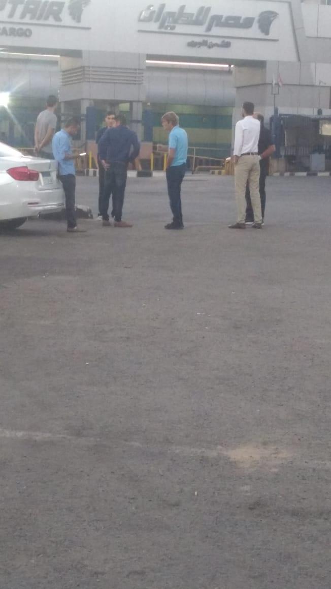 أسرة الشاب المصرى المتبرع بأعضائه تتسلم جثمانه بمطار القاهرة (3)
