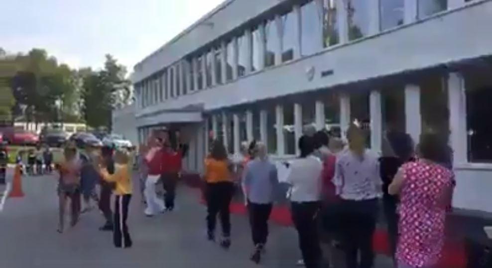 مدرسون فى السويد يستقبلون الطلاب بالرقص