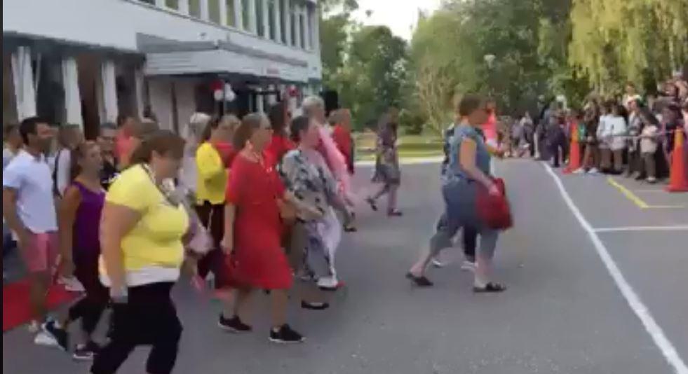 عرض راقص فى استقبال طلاب بالسويد