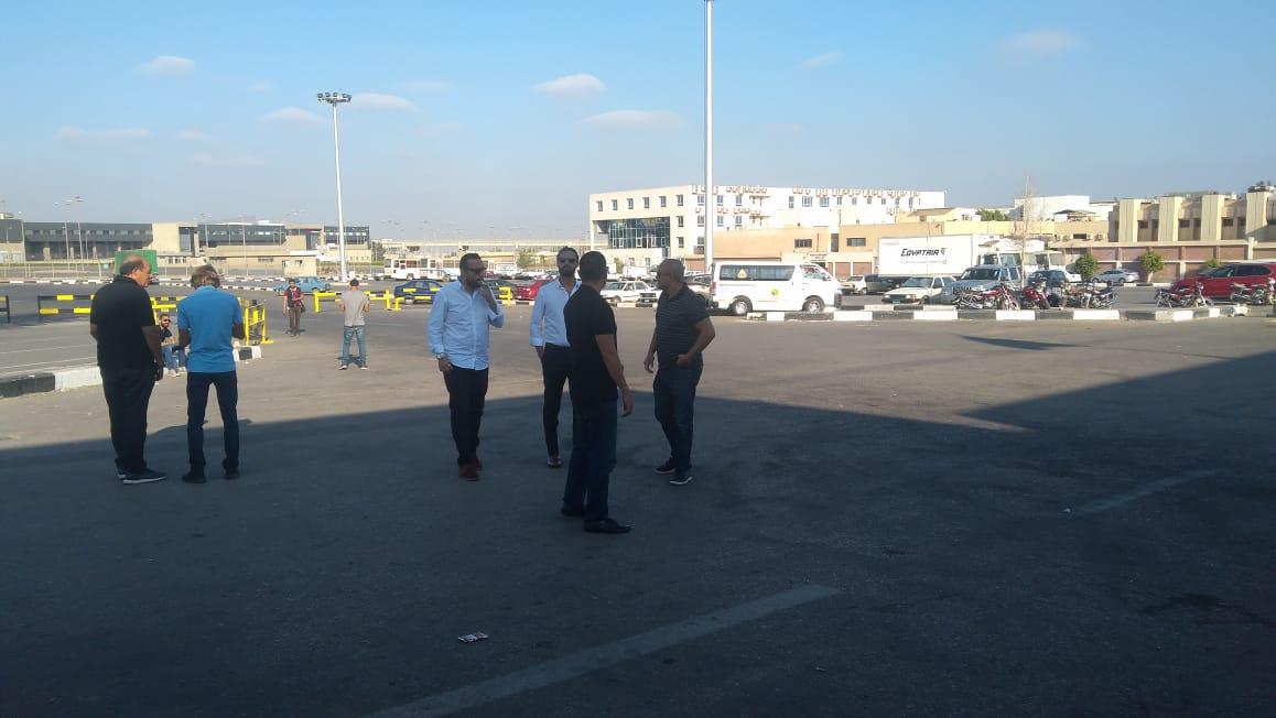 أسرة الشاب المصرى المتبرع بأعضائه تتسلم جثمانه بمطار القاهرة (2)