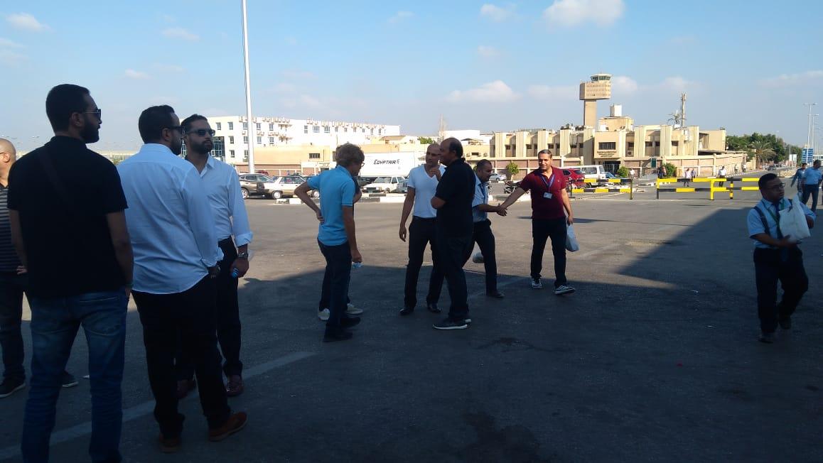 أسرة الشاب المصرى المتبرع بأعضائه تتسلم جثمانه بمطار القاهرة (5)