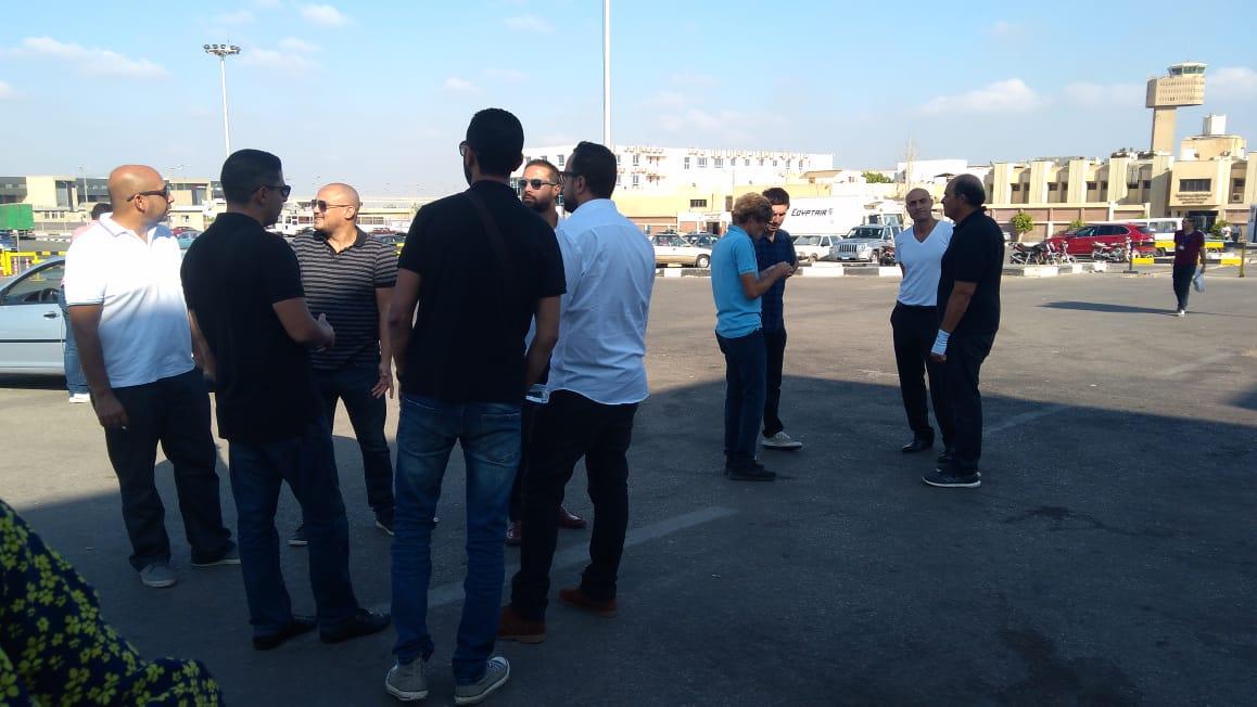 أسرة الشاب المصرى المتبرع بأعضائه تتسلم جثمانه بمطار القاهرة (7)