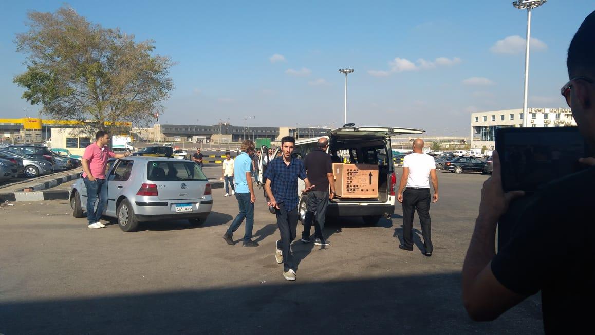 أسرة الشاب المصرى المتبرع بأعضائه تتسلم جثمانه بمطار القاهرة (4)