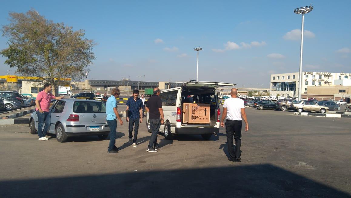 أسرة الشاب المصرى المتبرع بأعضائه تتسلم جثمانه بمطار القاهرة (1)
