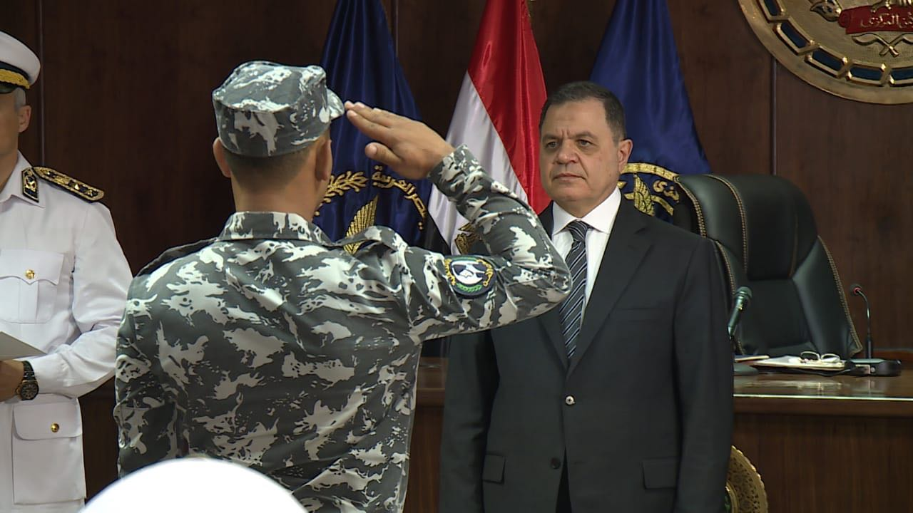 وزير الداخلية بصحبة ضباط الأمن المركزى