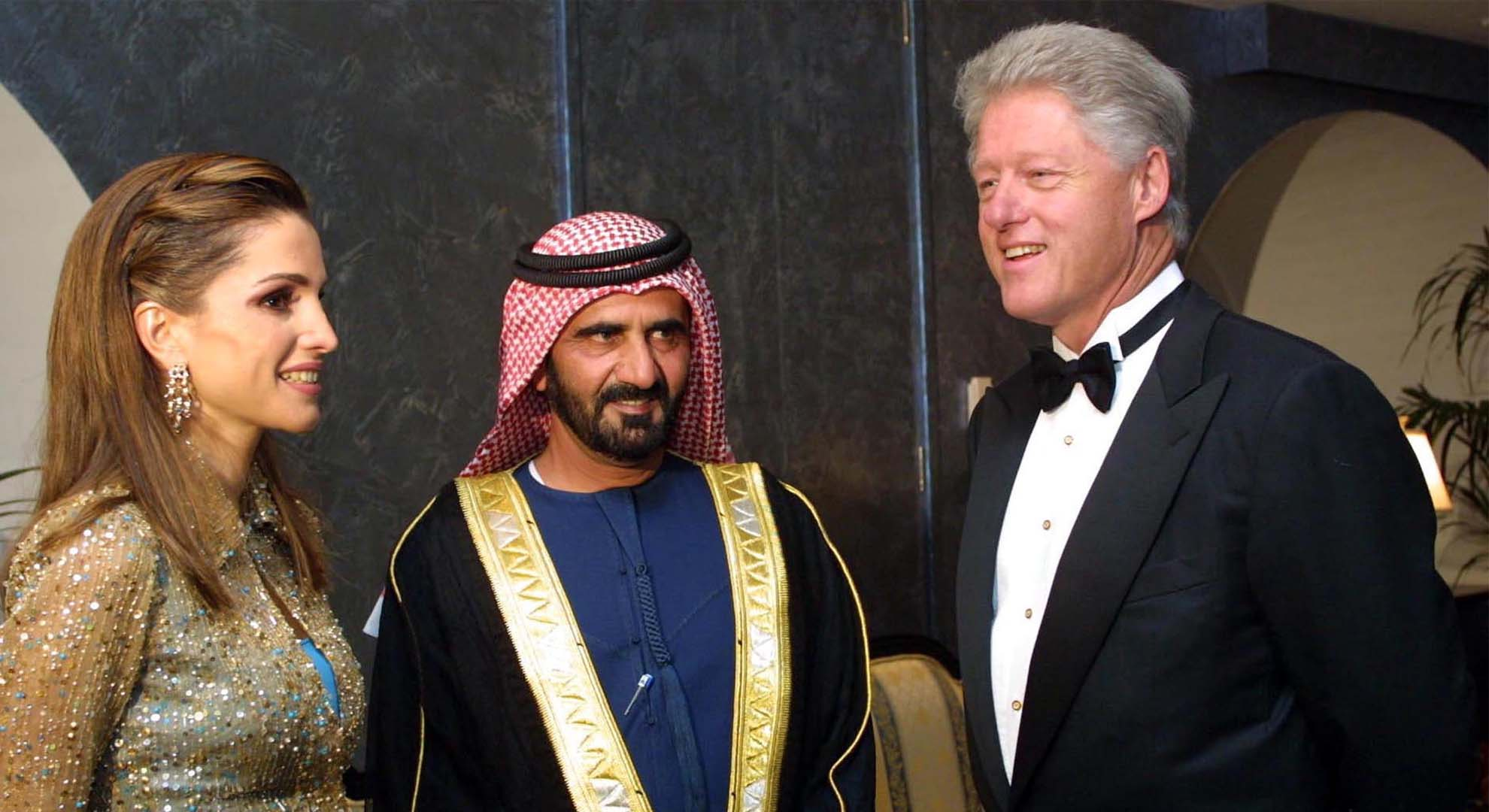 الملكة رانيا مع حاكم دبى محمد بن راشد آل مكتوم والرئيس الأمريكي السابق بيل كلينتون في حفل عشاء في دبي  2002
