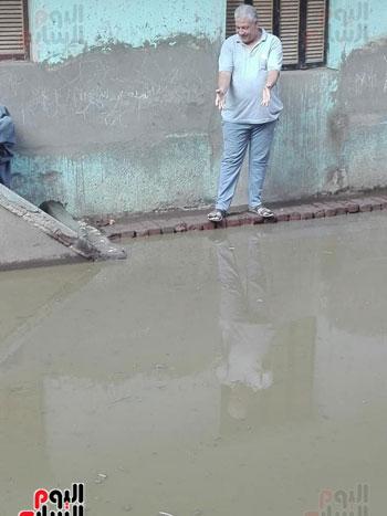 أحد الأهالى يعبر عن غضبه من غرق الشارع