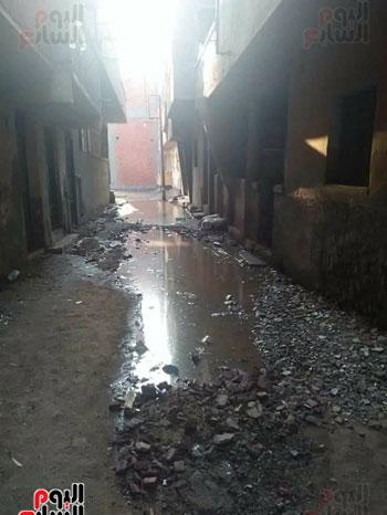 أحد الشوارع يغرق تماما فى مياه الصرف