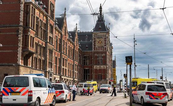 170150-سيارات-الشرطة-حول-محطة-قطار-امستردام