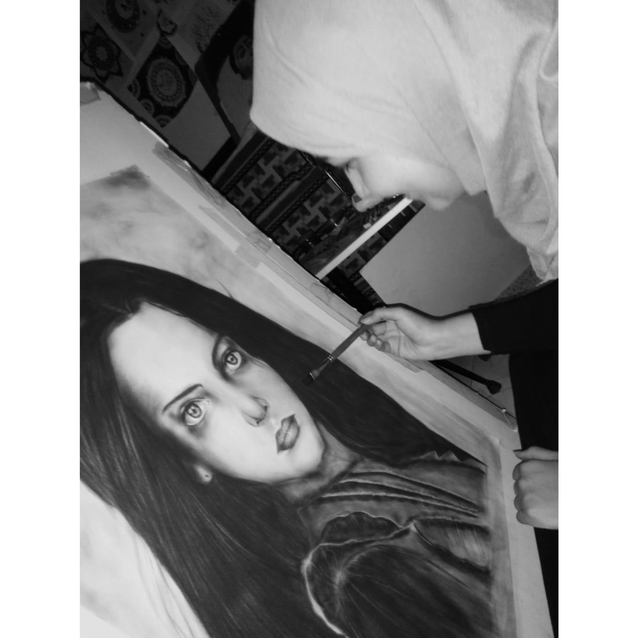القارئة أثناء رسم إحدى لوحاتها