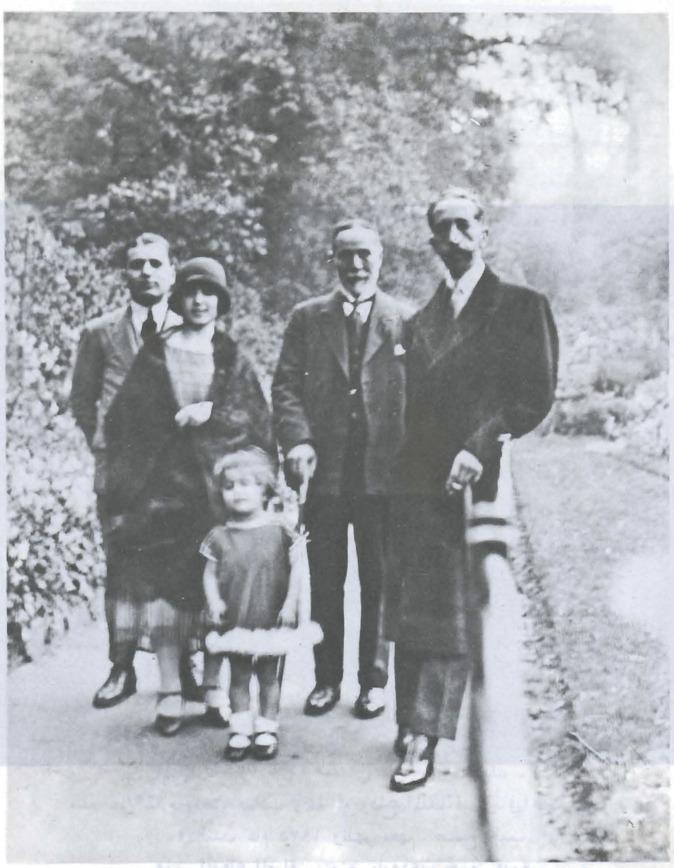 عنبرة مع مجموعة من عائلتها