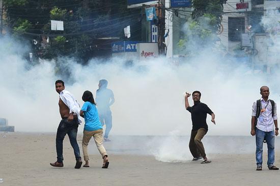 إطلاق الغاز المسيل للدموع على المتظاهرين
