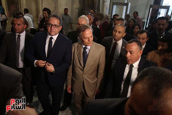 صور وزير الاثار ووزير خارجية ايطاليا بجولة داخل المتحف المصرى  (9)