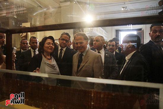 صور وزير الاثار ووزير خارجية ايطاليا بجولة داخل المتحف المصرى  (10)