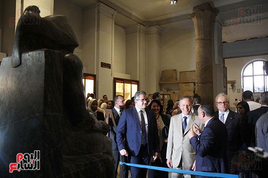 صور وزير الاثار ووزير خارجية ايطاليا بجولة داخل المتحف المصرى  (21)