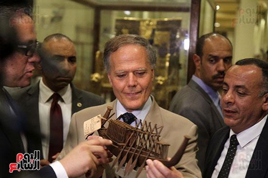 صور وزير الاثار ووزير خارجية ايطاليا بجولة داخل المتحف المصرى  (2)