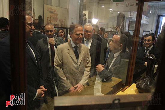 صور وزير الاثار ووزير خارجية ايطاليا بجولة داخل المتحف المصرى  (14)