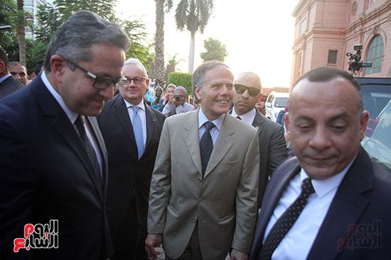 صور وزير الاثار ووزير خارجية ايطاليا بجولة داخل المتحف المصرى  (4)