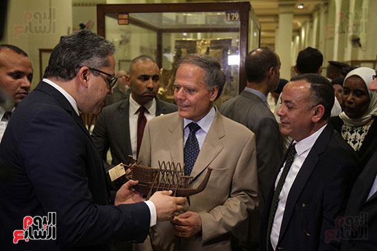 صور وزير الاثار ووزير خارجية ايطاليا بجولة داخل المتحف المصرى  (1)