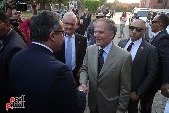 صور وزير الاثار ووزير خارجية ايطاليا بجولة داخل المتحف المصرى  (3)