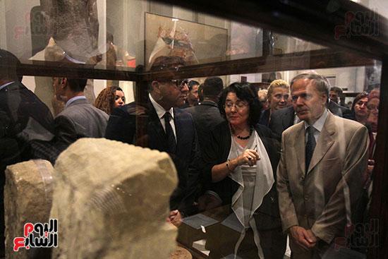 صور وزير الاثار ووزير خارجية ايطاليا بجولة داخل المتحف المصرى  (13)