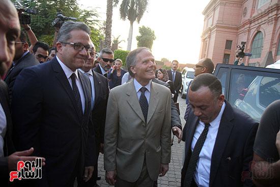 صور وزير الاثار ووزير خارجية ايطاليا بجولة داخل المتحف المصرى  (5)