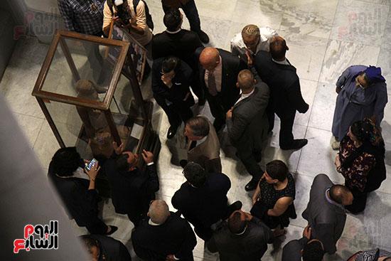 صور وزير الاثار ووزير خارجية ايطاليا بجولة داخل المتحف المصرى  (23)