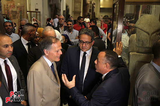 صور وزير الاثار ووزير خارجية ايطاليا بجولة داخل المتحف المصرى  (19)