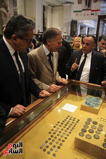 صور وزير الاثار ووزير خارجية ايطاليا بجولة داخل المتحف المصرى  (15)