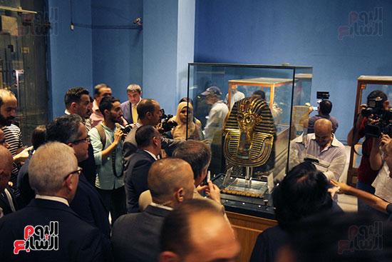 صور وزير الاثار ووزير خارجية ايطاليا بجولة داخل المتحف المصرى  (28)
