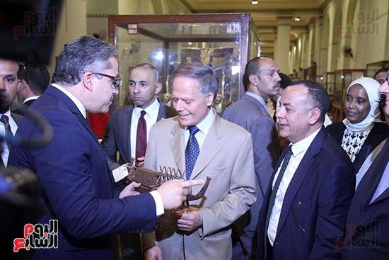 صور وزير الاثار ووزير خارجية ايطاليا بجولة داخل المتحف المصرى  (30)