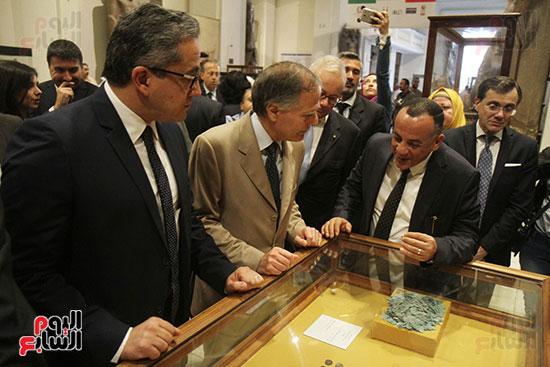صور وزير الاثار ووزير خارجية ايطاليا بجولة داخل المتحف المصرى  (16)