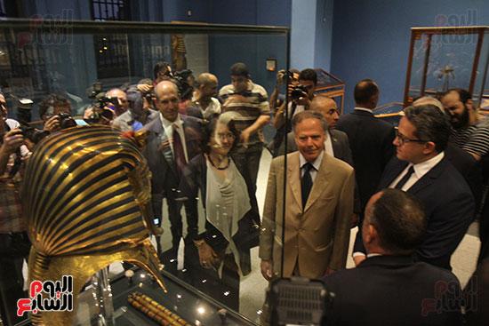 صور وزير الاثار ووزير خارجية ايطاليا بجولة داخل المتحف المصرى  (26)