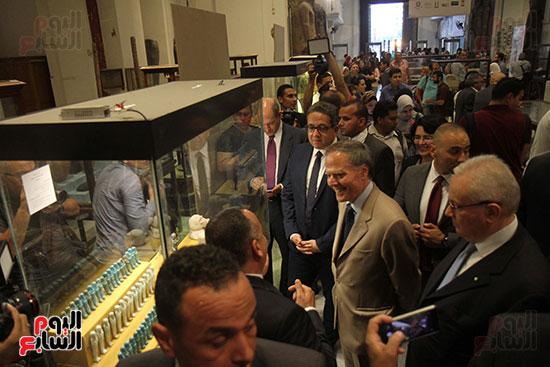 صور وزير الاثار ووزير خارجية ايطاليا بجولة داخل المتحف المصرى  (18)