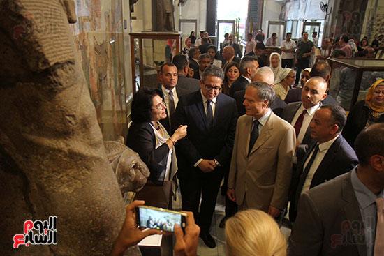 صور وزير الاثار ووزير خارجية ايطاليا بجولة داخل المتحف المصرى  (12)