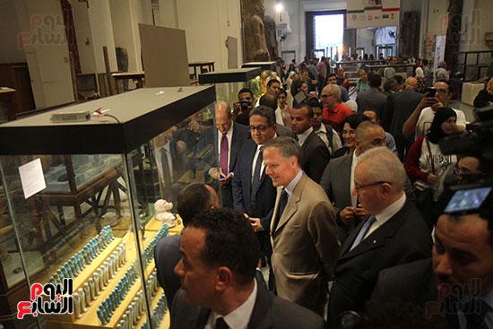 صور وزير الاثار ووزير خارجية ايطاليا بجولة داخل المتحف المصرى  (17)