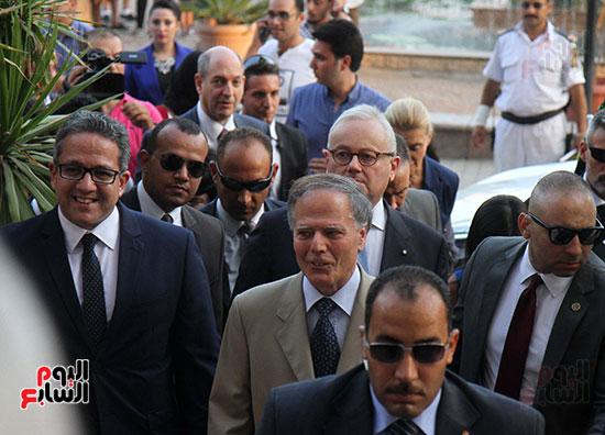 صور وزير الاثار ووزير خارجية ايطاليا بجولة داخل المتحف المصرى  (7)