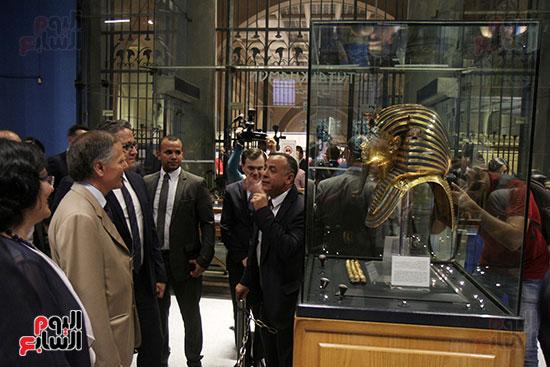 صور وزير الاثار ووزير خارجية ايطاليا بجولة داخل المتحف المصرى  (24)