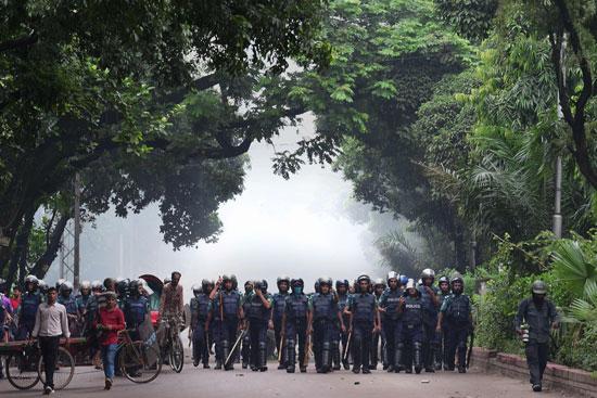 الشرطة البنجلاديشية تفرق المتظاهرين