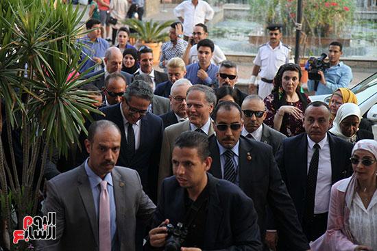 صور وزير الاثار ووزير خارجية ايطاليا بجولة داخل المتحف المصرى  (6)