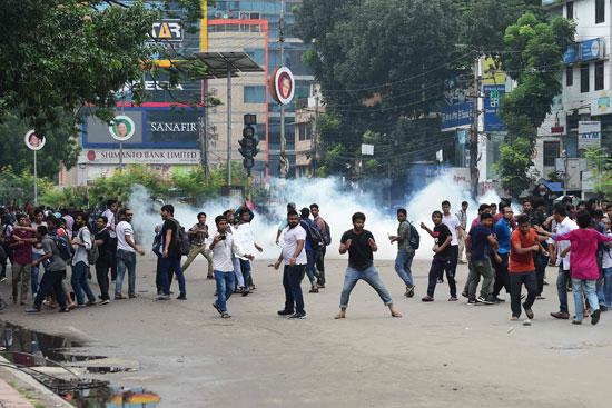 المتظاهرون يواجهون الشرطة