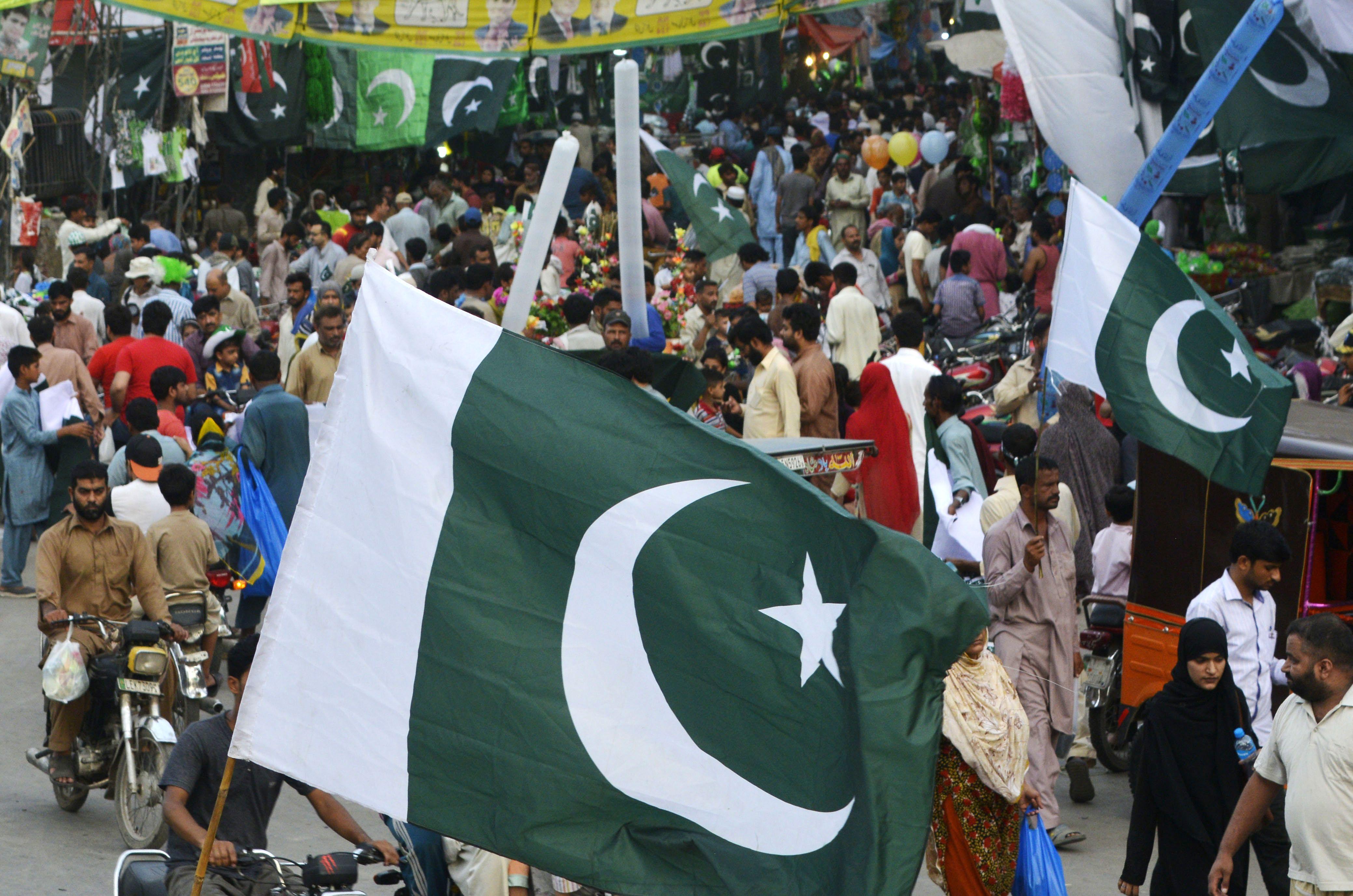 أعلام باكستان تتصدر المشهد الاحتفالى