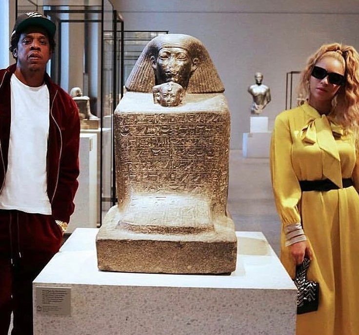 بجوار مصرى و ترتدى من أوختين
