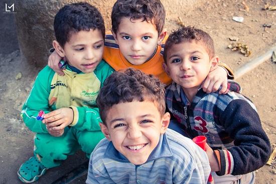 أطفال جزيرة الدهب يحملون صورهم (7)