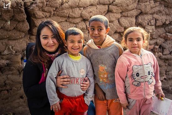 لمياء مع عدد من أطفال جزيرة الدهب